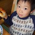 アンパンマン食べてるヒロ(2歳11ヶ月)