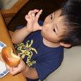 コルネを食べるヒロ(3歳0ヶ月)