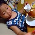 ハンバーガー食べてるヒロ