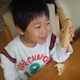 パンを食べて笑顔(ヒロ)